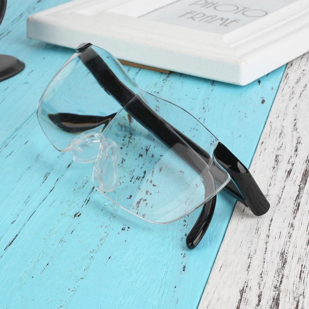 Человеку, который носит очки, лучше выбрать в качестве крепежа оправу