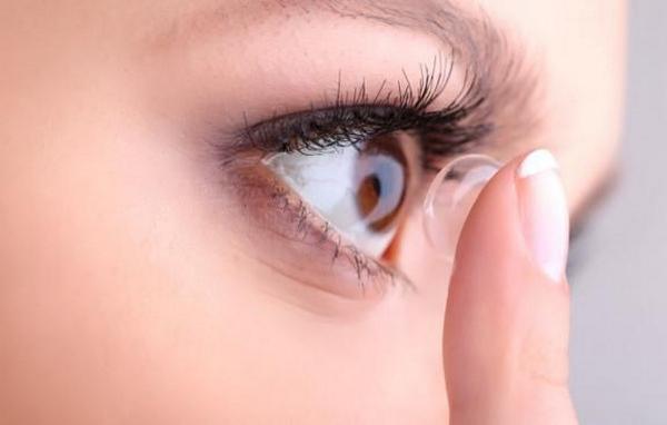 На время лечения мазью «Флоксал» стоит прекратить ношение линз