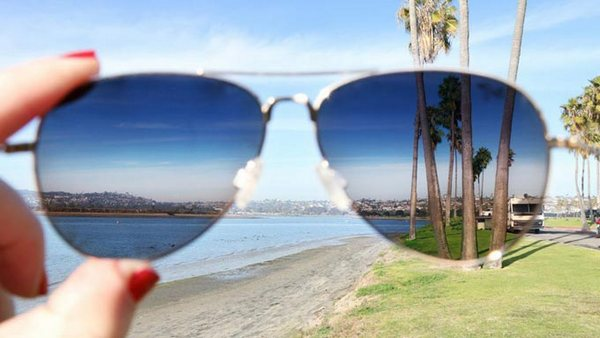 Антибликовые очки могут незначительно искажать цвет изображений на экране