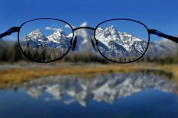 Человек с близорукостью плохо видит объекты, находящиеся вдалеке