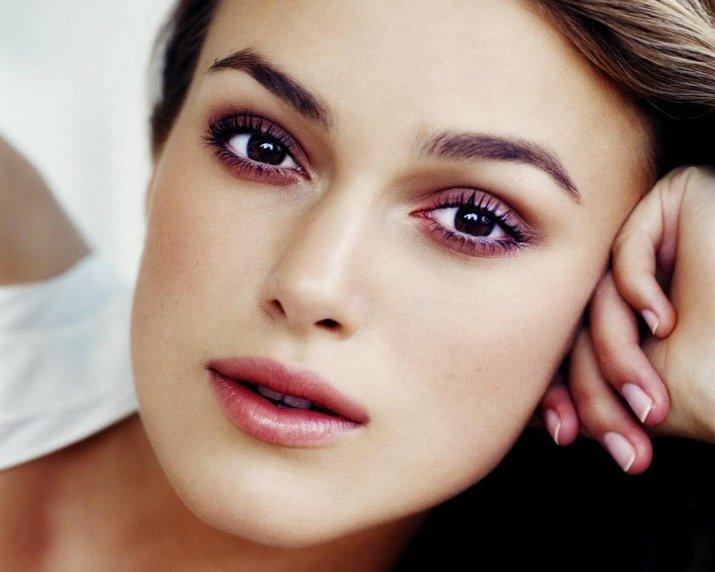 Слегка раскосые глаза делают взгляд более выразительным и немного прищуренным – это значит, что косую линию нужно подчеркивать с помощью макияжа еще больше
