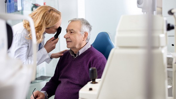 Врач может назначить обследование для определения того, насколько сильно поражен глаз