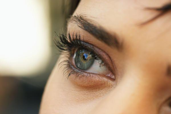Одним из симптомов отслоения является затемнение перед глазом и отсутствие части поля зрения