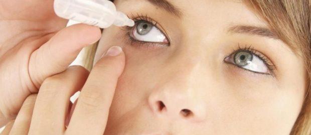 Верная технология закапывания глаза: нижнее веко оттянуто, дозатор не касается края глаза