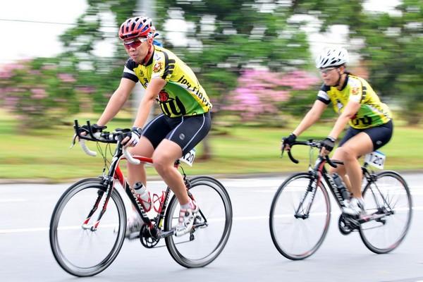 Лучше надевать специальные очки или шлемы во время езды на велосипеде или мотоцикле во избежание попадания мошек в глаза