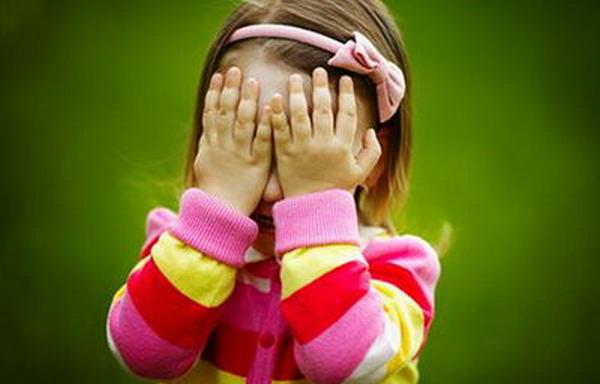 Родителям стоит быть особо внимательными, если у ребенка проявляются симптомы светобоязни