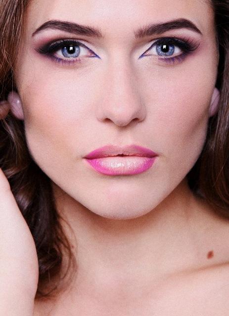Девушкам с раскосыми глазами подойдет практически любой макияж