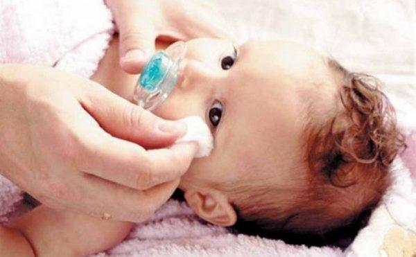 Нужно аккуратно промывать глаза фурацилином маленьким детям