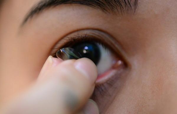 Перед использованием средства лучше снять контактные линзы
