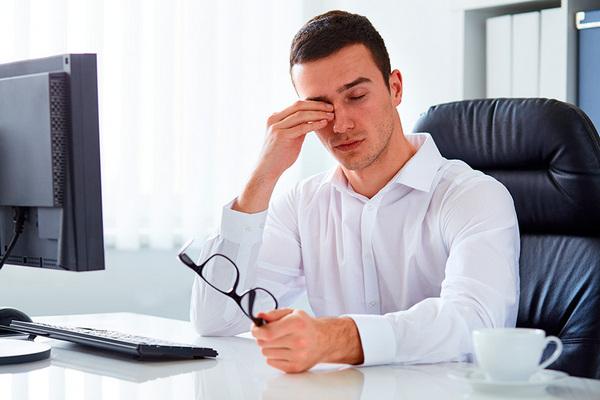 Из-за длительной работы за компьютером в глазах может возникнуть дискомфорт